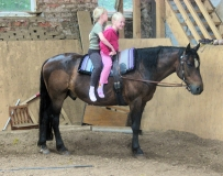 zwei_Maedels_ein_Pferd-Pony