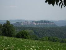 Festung_Koenigstein_von_der_Panoramahoehe_klein