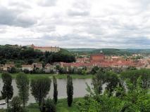 Blick_vom_Burglehnpfad_auf_Schloss_Pirna_klein