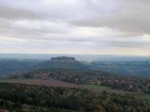 Blick_vom_Papststein_zur_Festung_Koenigstein_klein