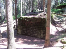 seltsames_Bauwerk_unterhalb_Karlshaus_klein