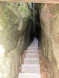 Treppe_durch_Felsspalte_Hermannseck_klein