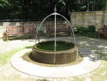 Brunnen_im_Schlossgarten_Lohmen_klein