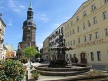 Brunnen_und_Kirche_Bad_Schandau_klein