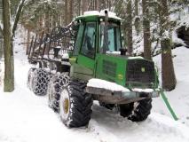 Forstfahrzeug_im_winterlichen_Wald_klein