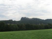 Blick_von_Feld_bei_Reinhardtsdorf_auf_Schrammsteine_klein