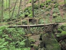 ungewoehnliche_Holzbrueckenkonstruktion_bei_Laube_klein