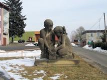 Steinskulptur_knieende_Kinder_Jonsdorf_klein