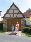 Altes_Spritzenhaus_in_Rathewalde_und_Muetzentraeger_klein