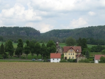 Kirche_Porschdorf_und_Brand_klein