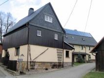 erster_Bauerhof_auf_linker_Strassenseite_Hinterhermsdorf_rechtes_Haus_klein
