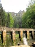 Staumauer_Amselsee_und_Lokomotive_klein