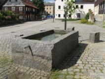 Riesiger_Steintrog_Hinterhermsdorfer_Dorfplatz_klein