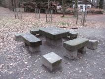 winterliche_Sitzgruppe_Steinerner_Tisch_klein