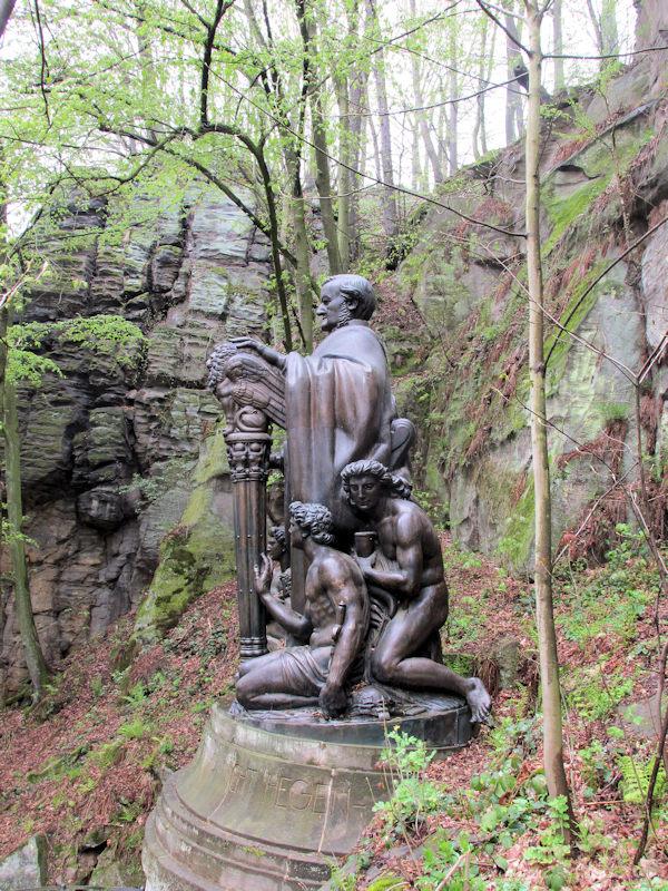Seitenansicht_Wagnerdenkmal_Liebethaler_Grund_klein