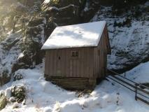 Haeuschen_Staumauer_Obere_Schluese_im_Winter_klein